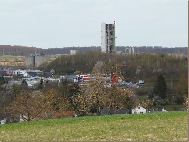 Blick auf Wössinger Gewerbegebiet und Zementwerk