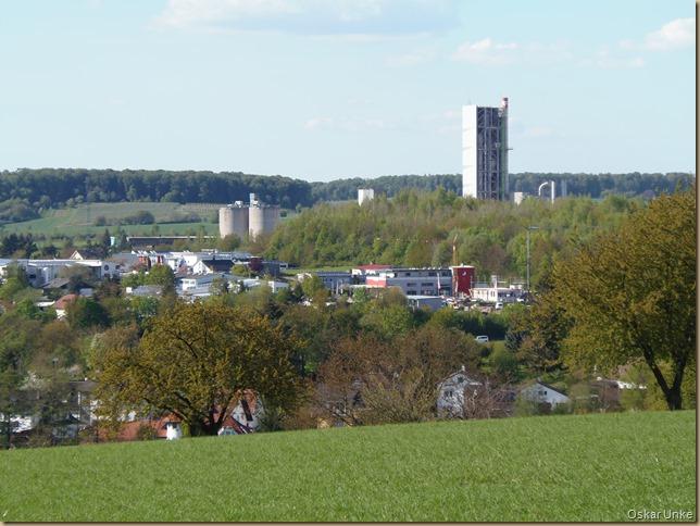 Blick auf Zementwerk und Industriegebiet