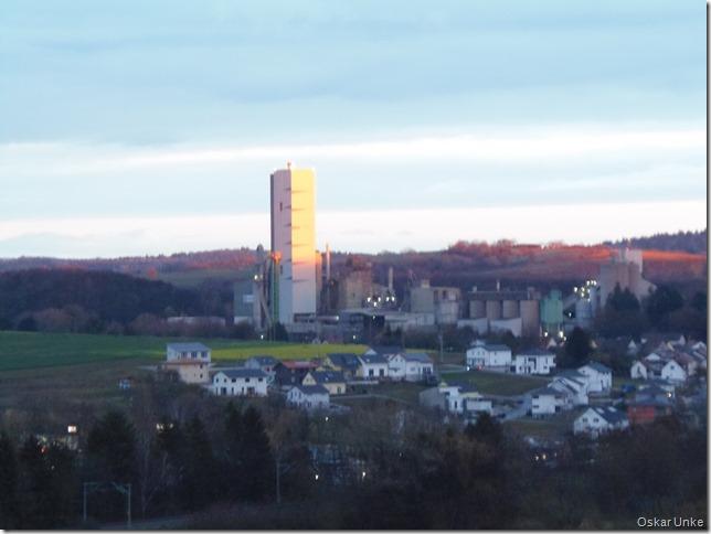 Zementwerkturm in der Abendsonne